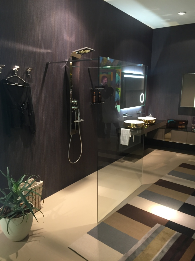 Shower size: Standard shower size