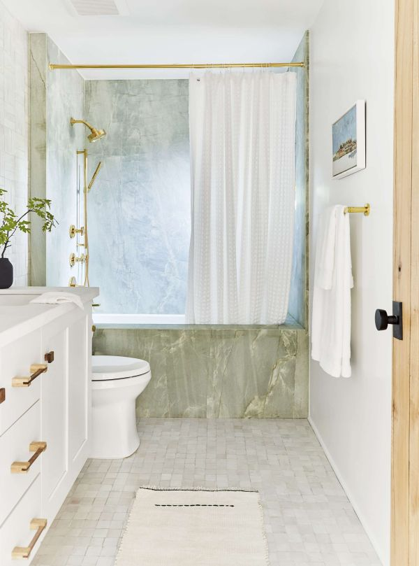 Light and airy remodeling of the bathroom