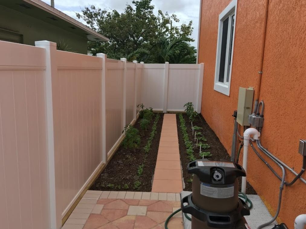 Ideas para patios laterales de bajo mantenimiento