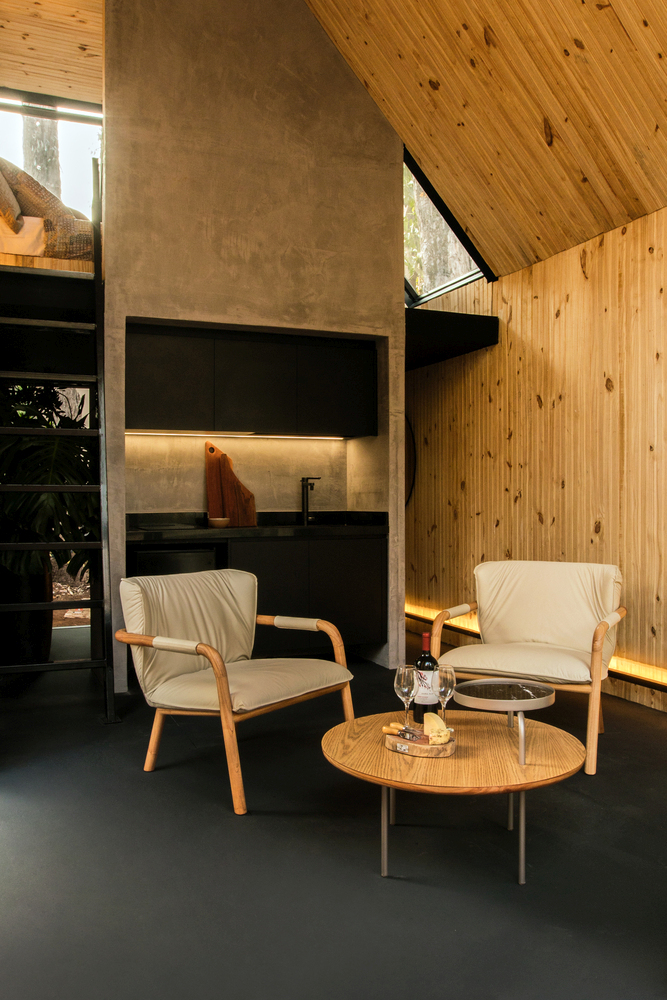 The interior is stylish, modern and cozy thanks to the wood paneling on the walls and ceiling