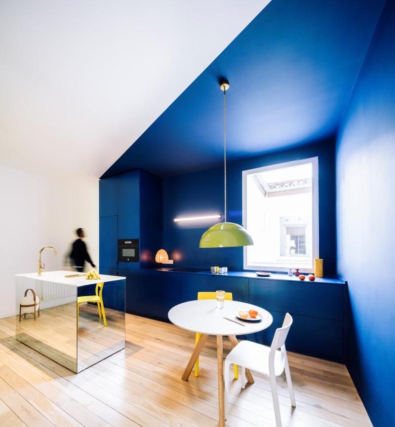 An all-blue minimalistic kitchen cabinets