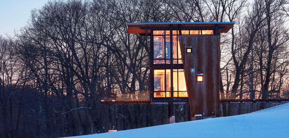 The cabin has a minimal ecological footprint, being mostly elevated above the ground