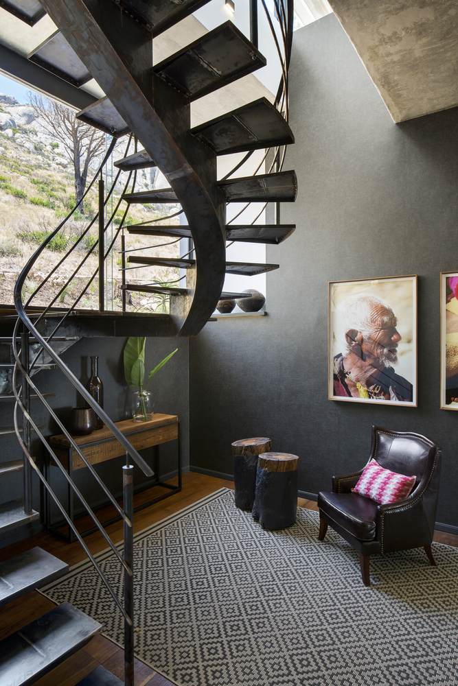 The original staircase was redesigned and turned into a partial spiral in order to make the most of the view