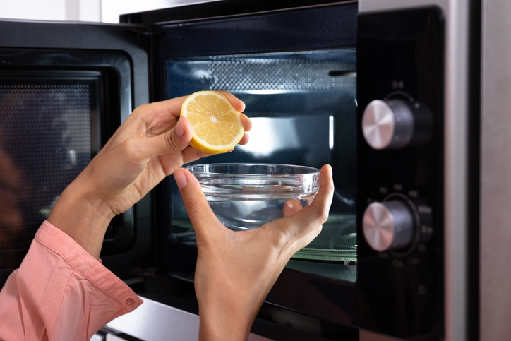 Microwave cleaning: Use lemon