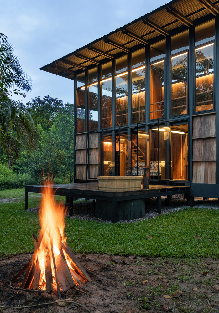 The slanted roof is complemented by clerestory windows present on all four sides of the cabin
