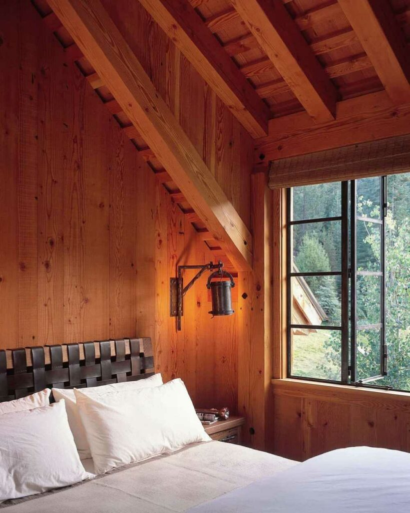 The gorgeous views of the lake and the mountains can also be admired from the bedrooms